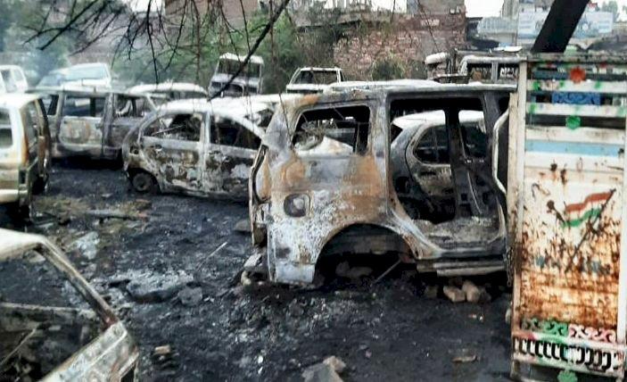 कबाड़ बनी 25 कारों में लगी भीषण आग हुई खाक,  3 दमकलो ने मशक्कत के बाद पाया काबू